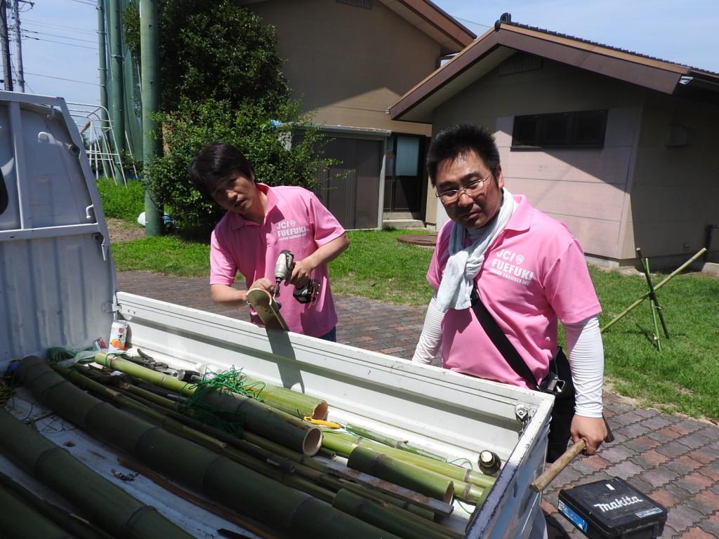 流しそうめんの準備をする望月副理事長と矢﨑専務理事